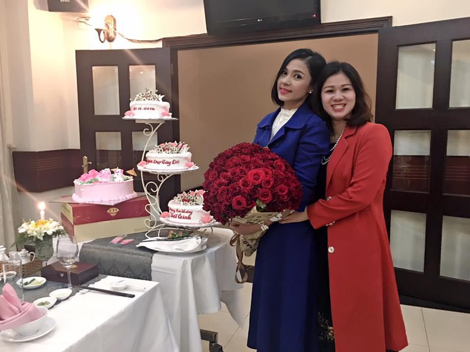 Thoa Monna thân thiết cùng Việt Trinh trong tối sinh nhật vui vẻ và hào hứng