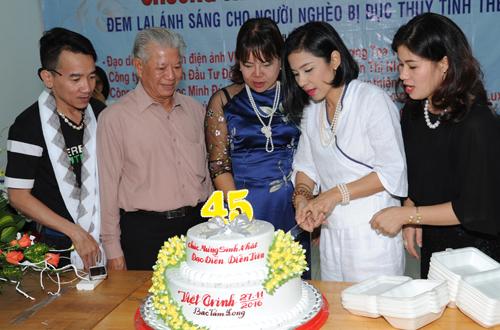 """Diễn viên cắt bánh mừng tuổi mới. Chị cho biết 6-7 năm nay chị không tổ chức sinh nhật mà dành toàn bộ số tiền đó cùng tiền bán đĩa bộ phim """"Trở về"""", """"Duyên trần thoát tục"""", """"Mẹ ơi con về"""" giúp mổ mắt cho hơn 1.000 bà con mù nghèo ở Việt Nam và Campuchia. Chị còn tặng quà cho nghệ sĩ nghèo ở Viện dưỡng lão nghệ sĩ TP HCM."""