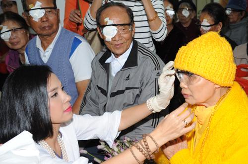 """""""Người đẹp Tây Đô"""" hỏi han sức khỏe của một sư thầy lớn tuổi sau khi thực hiện xong ca mổ mắt."""